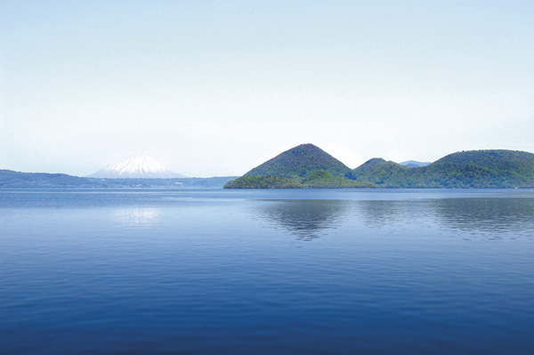 洞爺湖と言えば、温泉とロングラン花火をイメージする道民は多いだろう。  そしてパワースポットとしても有名である。自然界におけるパワースポットと呼ばれるその場所は、火山帯やプレート附近に点在していることが多く、那須火山帯の北部に位置し、北海道屈指の大カルデラ湖である「洞爺湖」がパワースポットとして語られても不思議ではない。  また、古来から山や川、海などの自然神信仰が存在する。北海道の富士山とも言われる羊蹄山から流れてくる強いエネルギーは、神気のごとく洞爺湖に降り注ぐ。人が癒しや快復を求め訪れるのも頷ける
