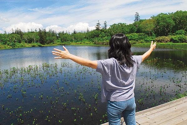看板ごしに沼に向かって立った右側から、強いパワーを感じる。右に手を伸ばしてエナジーを取り込もう。太陽の出ている天気が良い日の午前中。これがエナジーをたっぷりと注入するのに最適なのだそうです。