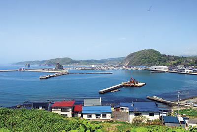展望台からは様似漁港。親子岩、ソビラ岩も見える。