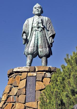 あの高田屋嘉兵衛が建てた神社とのことで、立派な像が。