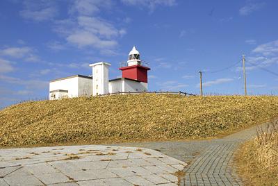 花咲岬にある赤と白の四角形の花咲灯台
