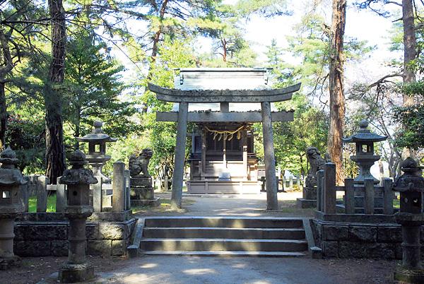 天橋立の中間辺りに天橋立神社がある。小振りだが明神鳥居がこの神社の力強さをアピールしている。占い堂的には、橋立を警備する役目のある神社に見受けられた。ここを通る者をしっかりと見ている。中央には豊受さん、両脇には橋立の守護神と海を守護する神様がいるので立ち寄って参拝。「私は怪しい者ではありません、無事に通してください」とお願いすると、「通って良し!」と言われた気がした。