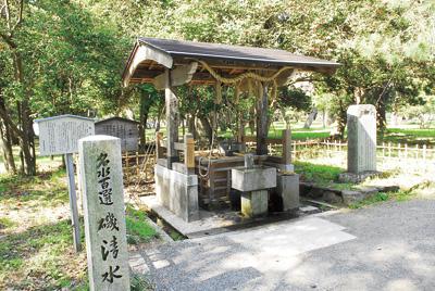 両側は海なのに、ここから出る湧き水は不思議なことに真水。天橋立神社の手水として使われている。