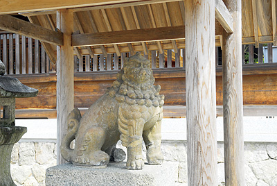 鎌倉時代に作られた狛犬。あまりにも見事な造りで、天橋立に荒出て困っていたところ、天正年間に豪傑岩見重太郎が狛犬の脚を切断。それ以来、霊験ありとされ魔除けの狛犬となったと伝わる。