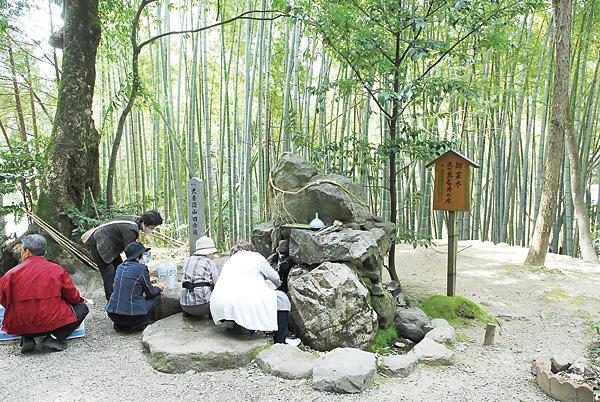 真名井神社の霊水は、ありがたいお水として超人気。