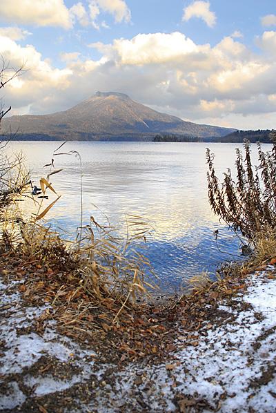 阿寒を取材したのは初雪も降った晩秋の頃。寒いと感じる気温だったが、ここから雄阿寒岳を眺めていると、何故か心が温かくなってくるような気がした。