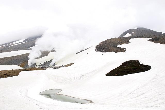 姿見の池には、まだ雪が・・・。山開きの頃に訪れると、まだ雪の残る旭岳。遊歩道を歩いて軽く汗ばんだ身体に、すがすがしい風が吹き渡り、春スキーを楽しんでいる時のようで、実に心地良い。