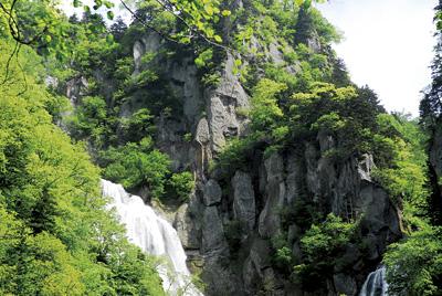 滝の右上に観音様のような顔が。その左下には滝を見下ろしているように見えるお坊さんの様な顔。この滝を守っているのでしょうか・・・。