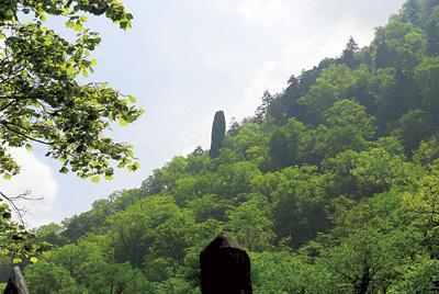 羽衣伝説が残されている涙岩(上)と見返り岩(下)