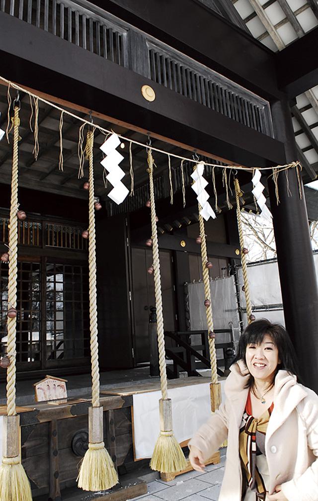 亜季美先生が、社殿から少し離れて、上の金色のマークのあたりを見ていると神様の気配が…。真ん中の縄紐が勝手にゆらゆら動いていました。これってどういうこと?