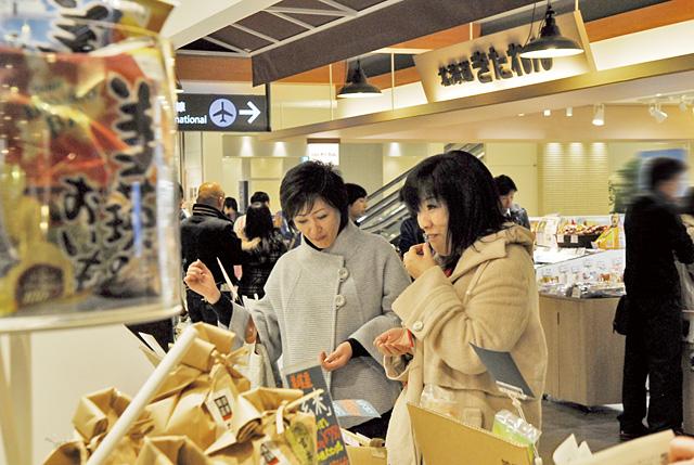 お土産売り場は、いろいろ試食ができて楽しいところ。普段お目にかからない商品を見ると、つい買ってしまいます。