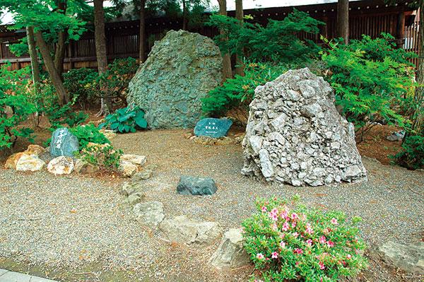 北海道神宮の境内に、他にも3 つの神社が鎮座しているのを知っていましたか?その内のひとつ、「開拓神社」には北海道開拓功労者のそうそうたるメンバーの三十七柱がご祭神として祀られています。実は、ここも凄いところなのです。参拝せずに帰るのはもったいない。拝殿の中は気の取り放題!さすが、北海道の開拓に心血を注いだ神々は太っ腹なのでした。祈願札やおみくじもあり。願をかける札に名前を書いて、指定場所に入れておくと祈願してくれます。